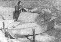 А. Вершила показывает катер конструкции В. К. Пупейка