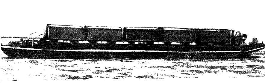 Баржа, превращенная в паром для переброски груженых вагонов