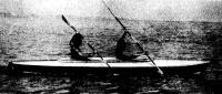 Байдарка на воде с двумя гребцами