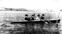 Байдарка во время плавания с бортовым моторчиком