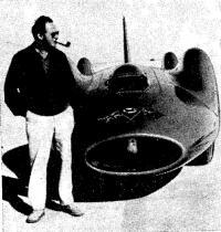 Д. Кэмпбелл у гоночной машины в США