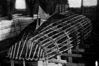 Деревянный каркас с уложенной на нем арматурой