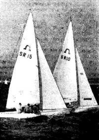Экипаж Р. Новодережкина (15) ведет борьбу с яхтой Ю. Киселева
