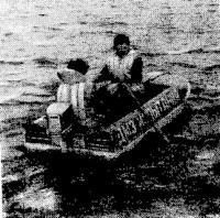 Фото лодки на ходу с двумя человеками
