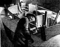 Комингсы рубки устанавливает один из старейших шлюпочников верфи П. А. Соколов