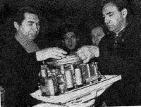 Ленинградские спортсмены знакомятся с мотором «Москва-25»