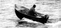 Лодка на ходу под мотором Москва