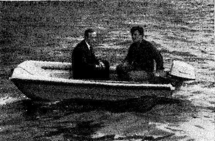 Лодка на ходу под мотором «Ветерок»