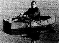 Лодка на воде с одним человеком