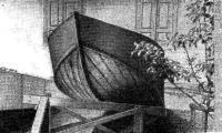 Лодка раскантована после окончания обшивки днища