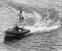 Лыжник и надувная лодка