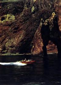 Мотолодка «Крым» у Золотых ворот Кара-Дака