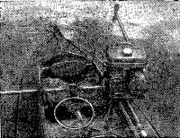 Мотор, установленный в средней части байдарки