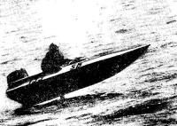 На лодке конструкции Ю. Зимина идет ленинградец В. Никулин