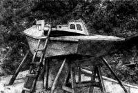 Общий вид стеклоцементной яхты во время постройки