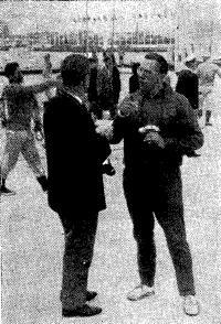 П. Эльвстрем (справа) отвечает на вопросы
