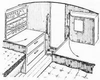 Плоские откидные шкафчики на переборке у входа в каюту