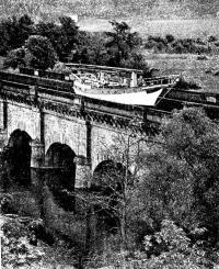 Подобно поезду на эстакаде, Янки скользит по акведуку через реку Мозель