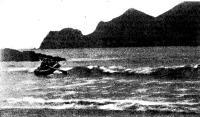 Полосу прибоя проходит надувная лодка