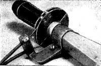 Привод, закрепленный на румпеле мотора