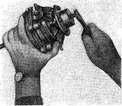 Разъединение частей картера при помощи съемника