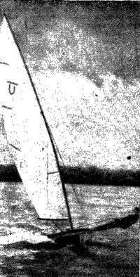 Рис. 1. Швертбот-одиночка класса Unit, вооруженный гибкой мачтой