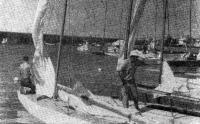 Рис. 2. Л. Норт готовится к выходу на гонку в гавани Варберг