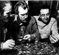 Роу, Моррис и Аптон с золотыми монетами с кораблей адмирала Шоуэлла