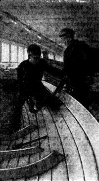 Старший мастер верфи Н. В. Захаров (справа) руководит обшивкой судна
