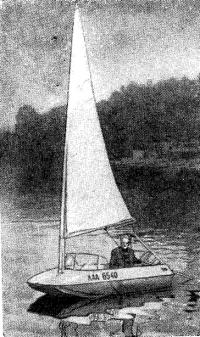 Трехметровый тримаран под парусом