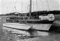 Тримаран на плаву
