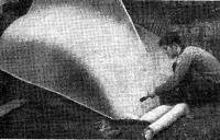 Укладка стекловолокна и нанесение на него цементного клея