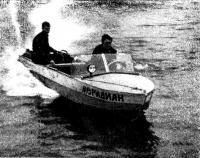 Валентин Сальников (за рулем) и Борис Сумин ведут «Меридиан» по невской воде