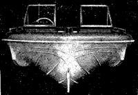 Вид с носа на корпус катера Шеврон с обводами типа кафедрал