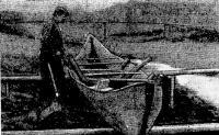 Выбиваются распорки — заканчивается процесс постройки лодки-долбленки