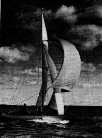 Яхта класса «Дракон» под парусами