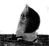 Яхта со спинакером и малым стакселем на курсе галфвинд