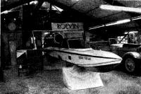 «Алтон Тауэрс К8» в гараже, где он собирался рядом с «допотопными» Рольс-Ройсами