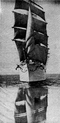Барк «Седов» выходит в море. Снимок сделан 20 июля 1981 года