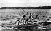 Байдарочники идут по озеру