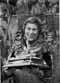 Билл Сиболд с призом герцога Йоркского — главным трофеем гонок