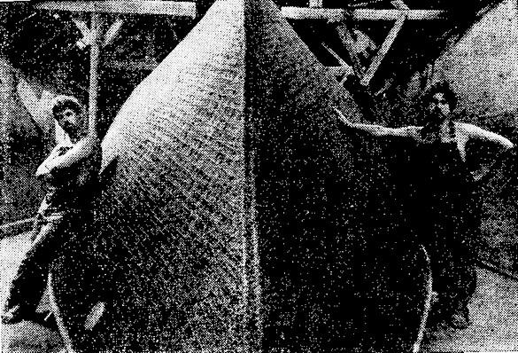 Братья-близнецы Ян и Петр Паты у корпуса своей будущей яхты