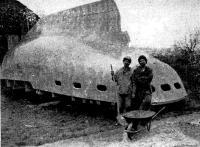 Братья Паты у перевернутого корпуса своей яхты