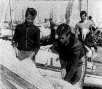 Братья Тынисте готовят швертбот к гонке
