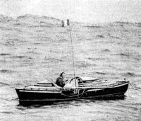 Д'Абовиль дрейфует в «Капитане Куке» на океанской волне с плавучим якорем за кормой