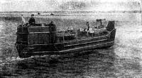 Двухтрюмный тендер с грузом направляется к месту высадки десанта. Июнь 1944 г.