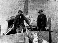 Экипаж «Абель Аббот Лоу» по просьбе фалмутских фотографов занял места в кокпите судна