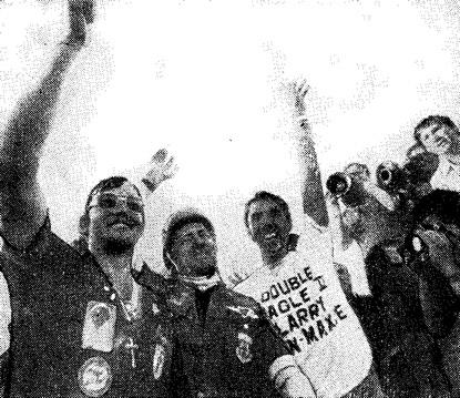 Экипаж «Дабл Игл II» после приземления во Франции. Слева направо: Макси, Бен, Ларри