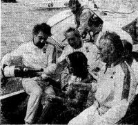 Экипаж «Уно Эмбасси» принимает поздравления. Справа — Дон Шед