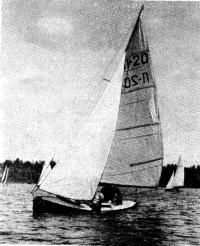 Финиширует «Салют» В. Еремина с парусным вооружением конструкции Г. Сарина